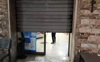 A Perugia si abbassano saracinesche negozi centro
