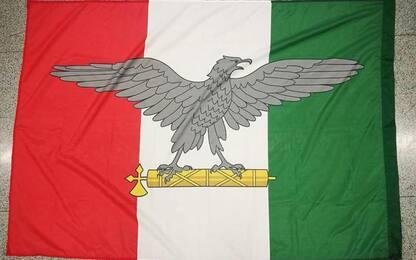 Affigge bandiera Salò a palo luce e viene denunciato