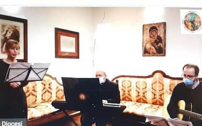 Vescovo Assisi suona musica ebraica in Giorno Memoria