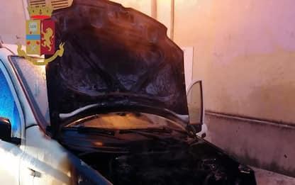 Incendia auto per dissidi di lavoro, denunciata