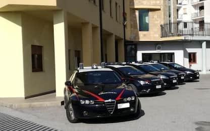 Trova a terra quattromila euro e li porta ai Carabinieri