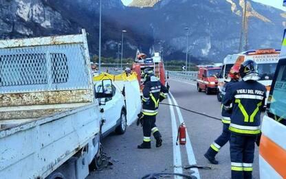 Scontro frontale tra auto e furgone a Lavis, muore una donna