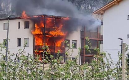 Edificio avvolto dalle fiamme a Salorno, nessun ferito