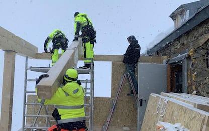 Camera con vista a 3.200 metri, lavori al rifugio Bicchiere - IL VIDEO
