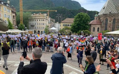 Ddl Zan: 300 manifestanti in piazza Walther a Bolzano