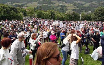 Manifestazione no mask con centinaia di persone a Bolzano