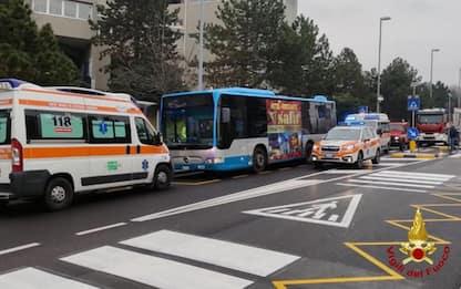 Auto contro fermata bus a Trieste, quattro feriti lievi