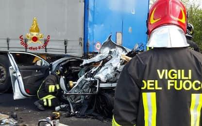 Incidenti stradali:A4, auto schiacciata tra camion, un morto