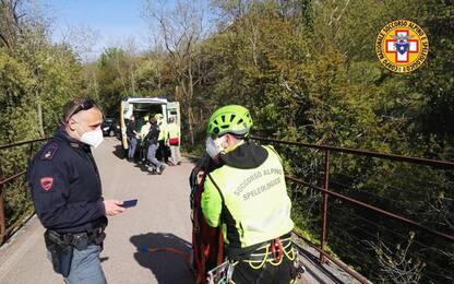 Cade da ponte e precipita per 50 metri a Trieste, gravissima