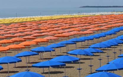 Turismo:un mare di 25.654 ombrelloni aperti in contemporanea