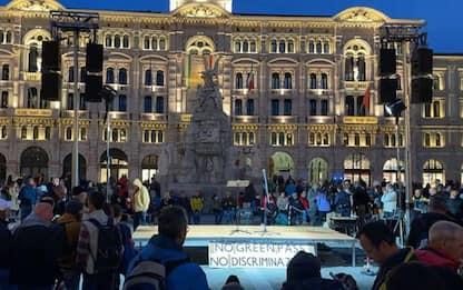 Green pass:manifestanti montano palco e luci in piazza Unità