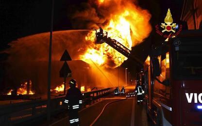 Incendio distrugge magazzino tessile