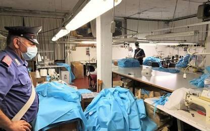 Camici ospedalieri in laboratorio clandestino cinese
