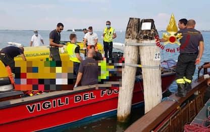 Barca si schianta contro palo a Venezia