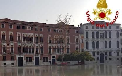 Venezia, si rompe tubo acquedotto, campo S.Polo allagato