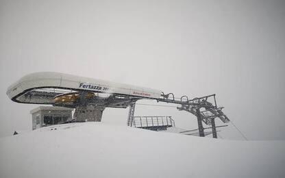 Nevica su piste delle Dolomiti, ma gli impianti sono chiusi