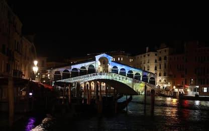 Venezia: Ponte Rialto si tinge d'arte per 1600 anni città