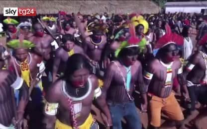 Coronavirus, la danza di protesta degli indigeni in Amazzonia. VIDEO