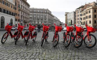 Alcune biciclette elettriche Jump di Uber a piazza Barberini, Roma, 23 novembre 2019. ANSA/RICCARDO ANTIMIANI