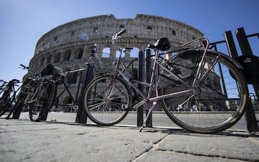 Biciclette parcheggiate fuori del  Colosseo a Roma, 16 maggio 2017. ANSA/MASSIMO PERCOSSI