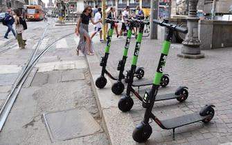 Monopatini elettrici pargheggiati su un marciapiede del centro di Milano, 31 luglio 2019. ANSA/DANIEL DAL ZENNARO