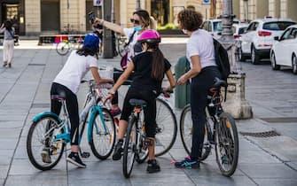 Coronavirus fase due. Selfie per mamme e figlie in bicicletta a piazza Castello. Torino 07 maggio 2020 ANSA/TINO ROMANO