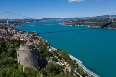 Turchia, a Istanbul il Bosforo si tinge di turchese