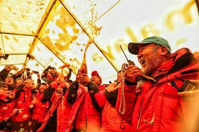 Everest, una spedizione cinese in vetta per misurarne l'altezza. VIDEO