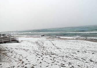 Una veduta della spiaggia innevata a Gallipoli, 4 gennaio 2019. ANSA/GRAZIANO MACULI