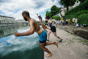 Manifestazione di Legambiente Big Junp un tuffo nel fiume Po, per sensibilizzare l'opinione pubblica sulla qualità delle acque. Torino 12 luglio 2020 ANSA/TINO ROMANO
