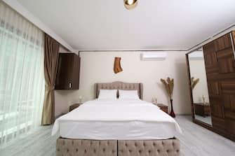 Una camera da letto con aria condizionata