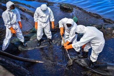 Disastro petroliera alle Mauritius, gli abitanti donano capelli