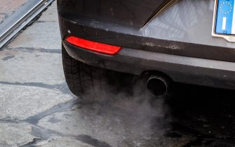 Il tubo di scarico di un'auto, 7 gennaio 2020. Restano ancora attive a Milano le misure anti inquinamento adottate in seguito all'aumento dei livelli di Pm10. Nonostante la tregua concessa dallo smog nella giornata di domenica, non sussistono ancora le condizioni per revocare i divieti temporanei di primo livello scattati venerdì scorso: anche oggi, dunque, in città e in provincia confermato lo stop alla circolazione dei veicoli più inquinanti, motori Euro 4 diesel compresi. Ansa/Matteo Corner