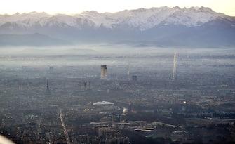 Una veduta dell'area metropolitana di Torino, 04 gennaio 2017. Per il nono giorno consecutivo domani stop alle auto diesel 3 a Torino. Il provvedimento di limitazione al traffico, dalle 8 alle 19, è stato confermato sulla base delle previsioni di Arpa (Agenzia regionale di protezione ambientale) di polveri sottili a 70 microgrammi per metro cubo in tutta l'area metropolitana. Già domani, tuttavia, per effetto del vento l'inquinamento dovrebbe scendere sotto i 50 microgrammi: l'Arpa ne prevede 38 nell'area torinese, 45 venerdì. ANSA/ALESSANDRO DI MARCO