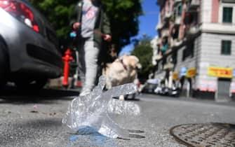 Guanti in plastica gettati in strada per le vie del centro. Genova, 30 Aprile 2020. ANSA/LUCA ZENNARO