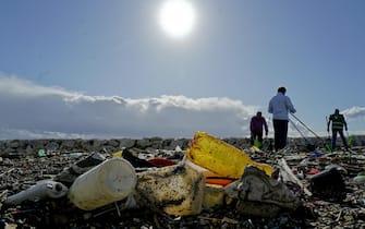 Una parte dei quintali di plastica e di rifiuti vari trasportati dalle mareggiate dei giorni scorsi sull'arenile del lungomare Caracciolo a Napoli, 18 novembre 2019. ANSA/CIRO FUSCO