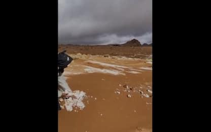 Arabia Saudita, la sabbia del deserto copre la neve. VIDEO