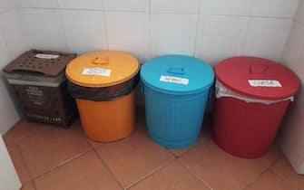 Rifiuti, spazzatura: bidoni raccolta differenziata in una casa di Roma, 22 novembre 2018. ANSA/STEFANO SECONDINO