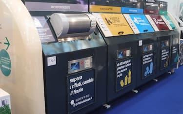 Rifiuti: cassonetti e bidoni per la raccolta differenziata della spazzatura a Ecomondo Key Energy, la fiera della green economy di Rimini. 7 novembre 2018. ANSA/STEFANO SECONDINO