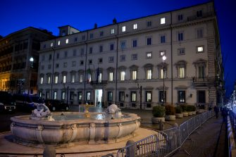 """La facciata di Palazzo Chigi a luci spente in occasione di """"M'illumino di menoÓ, la Giornata del risparmio energetico e degli stili di vita sostenibili. Roma, 26 marzo 2021. ANSA/CLAUDIO PERI"""