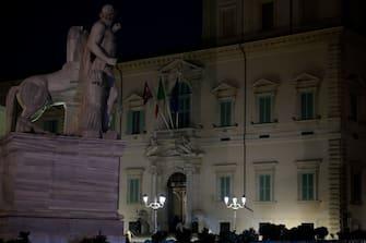 """Palazzo del Quirinale a luci spente in occasione di """"M'illumino di menoÓ, la Giornata del risparmio energetico e degli stili di vita sostenibili. Roma, 26 marzo 2021. ANSA/CLAUDIO PERI"""