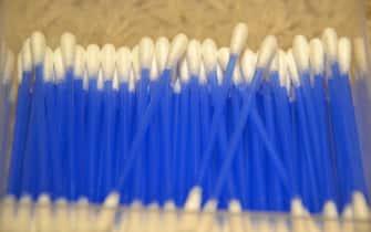 Una fila di cotton fioc