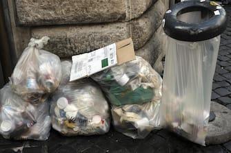 Rifiuti raccolti in sacchi di plastica vicino alla fontana di Trevi a Roma, 1 novembre 2019. ANSA/LUCIANO DEL CASTILLO
