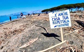 Gli attivisti di Plastic Free Campania al lavoro il 25 aprile sull'arenile alla foce del Garigliano (Caserta) dove hanno raccolto plasticaabbandonata 27 aprile 2021