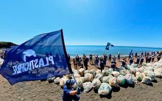 Volontari Plastic Free al termine di una giornata di raccolta di plastica alla foce di un fiume