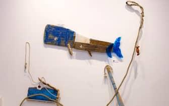 """Due balene realizzate con un timone rotto alla mostra """"Il mare chiama chi ama ilmare"""", a Sorrento"""
