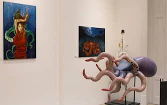 """Due quadri e un'opera in una stanza della mostra """"Il mare chiama chi ama ilmare"""", a Sorrento"""