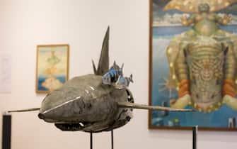 """Uno squalo di lamiera riciclata alla mostra """"Il mare chiama chi ama ilmare"""""""