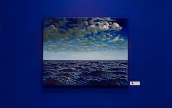 """Un dipinto in cui vengono immortalati cielo e mare alla mostra """"Il mare chiama chi ama ilmare"""""""