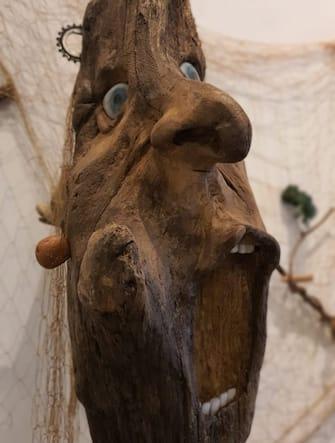 """Una maschera di legno alla mostra """"Il mare chiama chi ama ilmare"""", a Sorrento"""